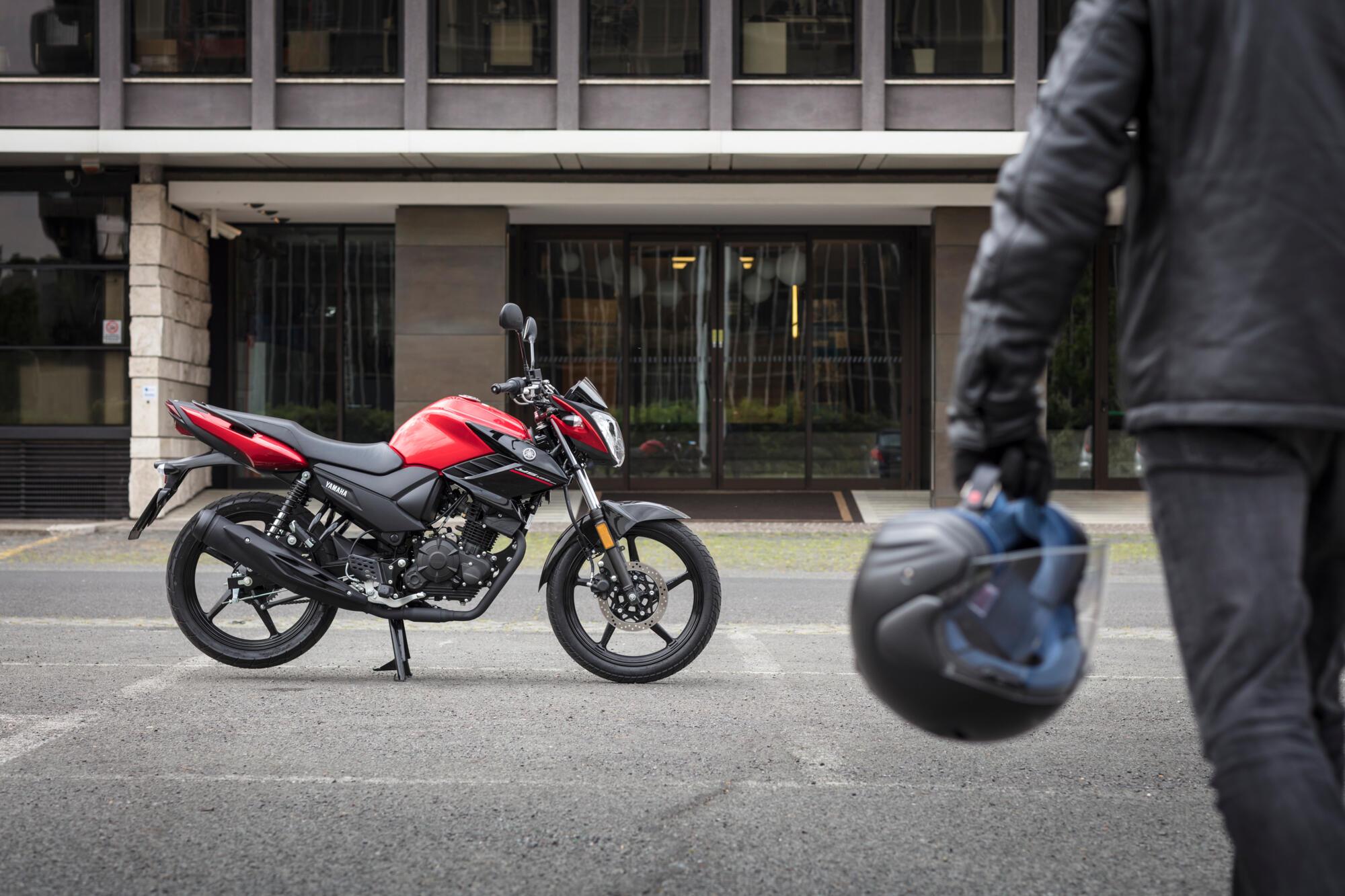 2017-Yamaha-YS125-EU-Power_Red-Static-004-03