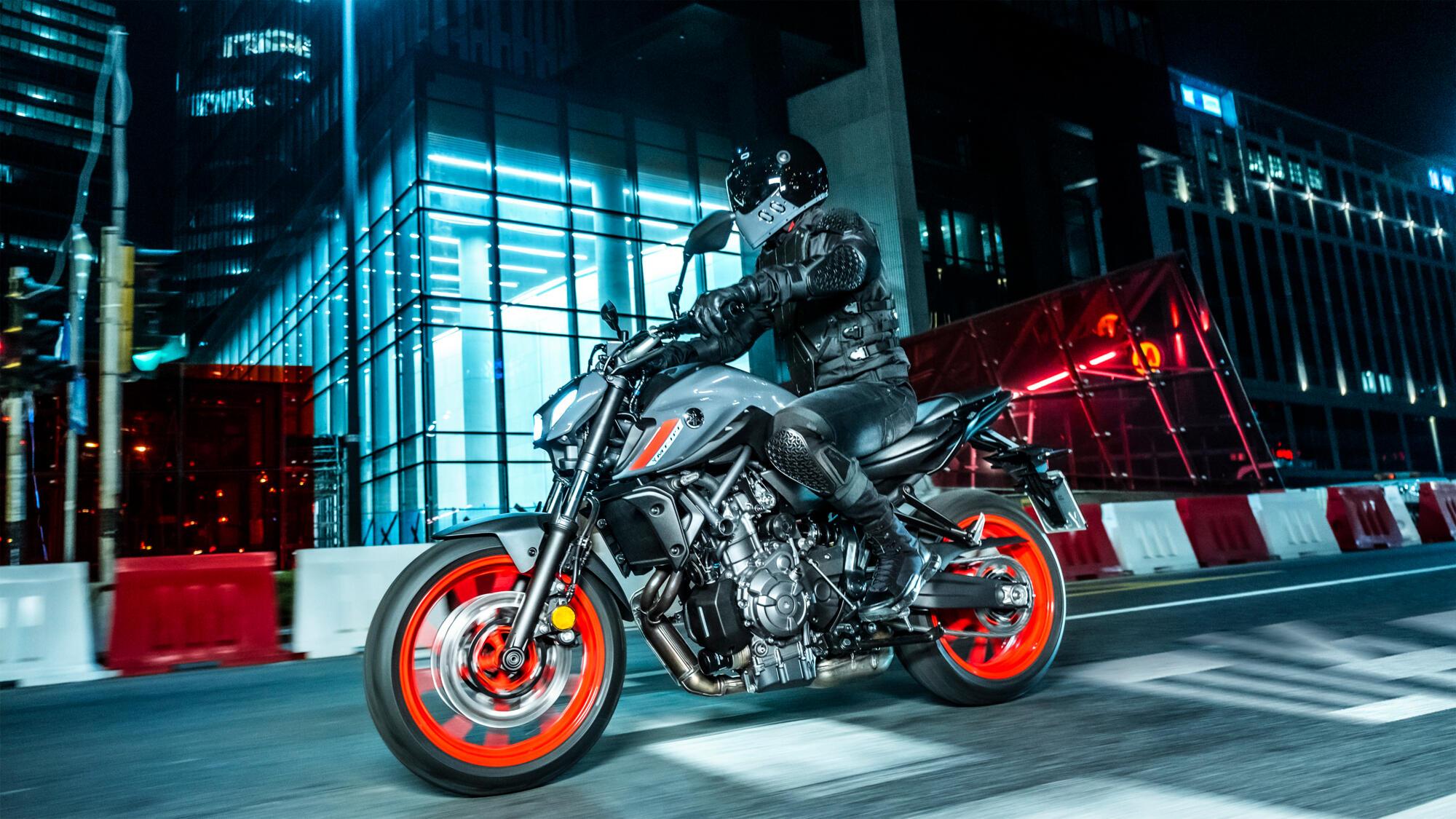 2021-Yamaha-MT07-EU-Storm_Fluo-Action-003-03