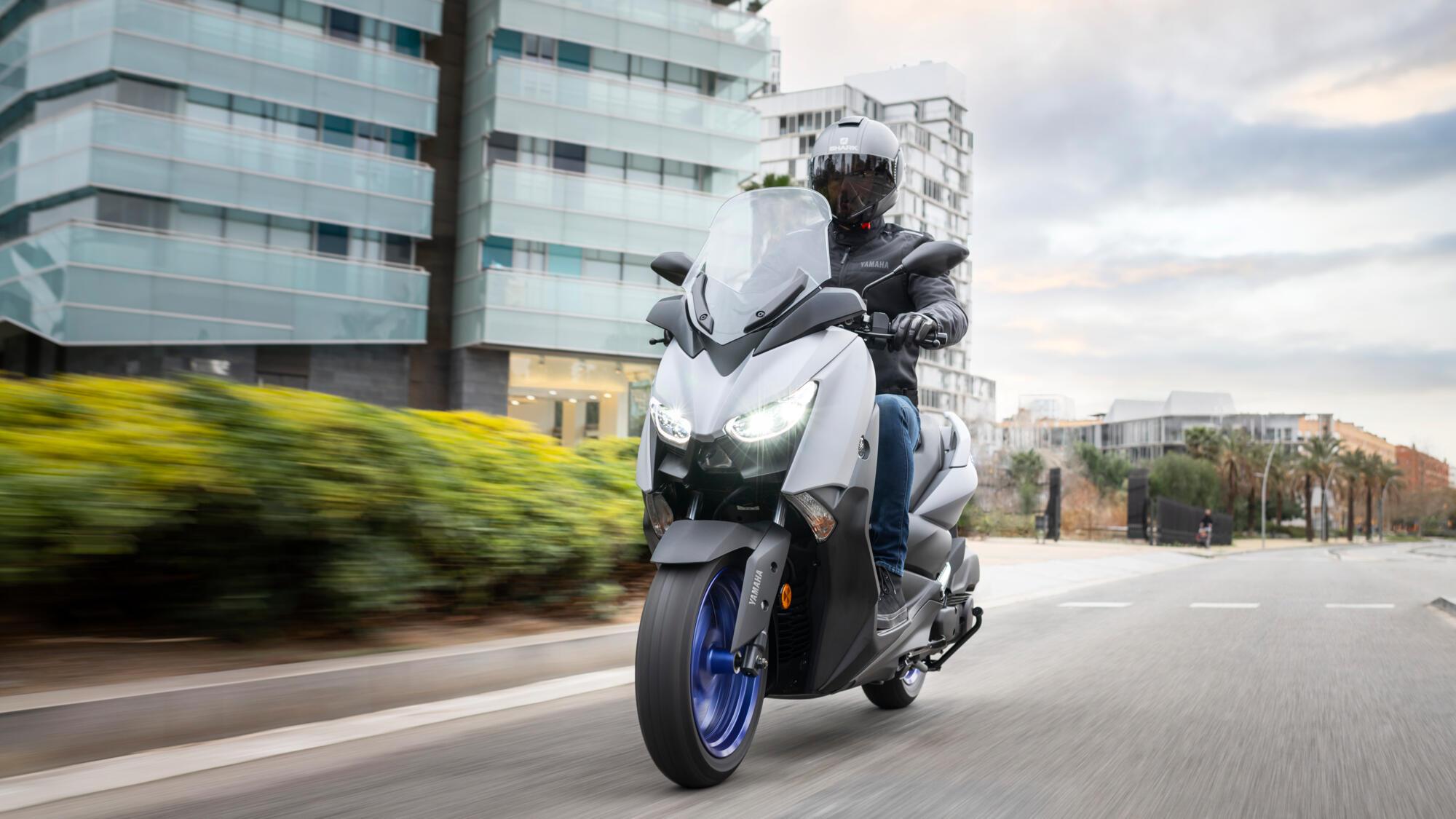 2021-Yamaha-XMAX125-EU-Icon_Grey-Action-001-03